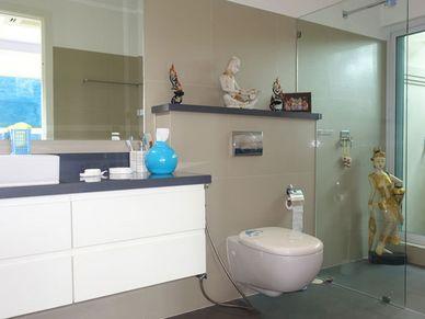 1 of the 3 en-suite bathrooms
