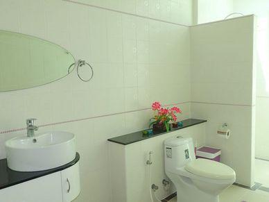 3 modern en-suite bathrooms plus guest-toilet