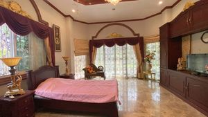9 bedrooms in the main-house, 2 in the guest-house