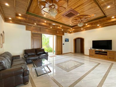 A huge and comfy living- and lounge area