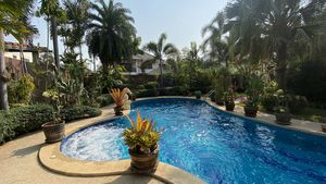 A lush pool with Jacuzzi basin