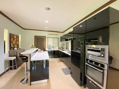 A modern kitchen with breakfast bar