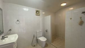 A total of 7 fully tiled bathrooms