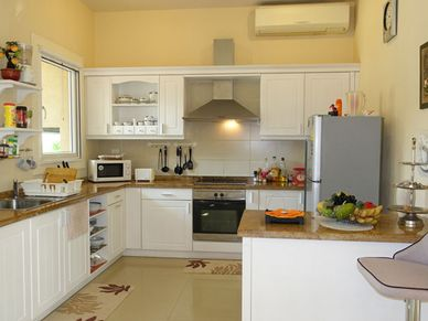 Air conditioned kitchen with breakfast bar