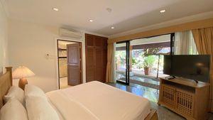 All bedrooms offer Smart-TVs and safe
