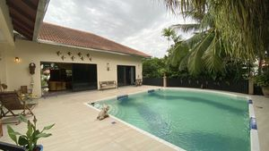 Another angle of the pool offering full privacy