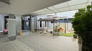 Covered carport and entrance-area