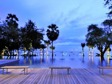 Gorgeous-infinity-pool-towards-the-beach-and-islands.jpg