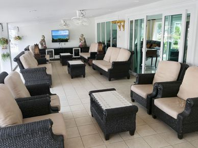 Huge covered outdoor lounge- and dining areas
