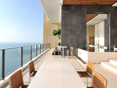 Lounge, pool and leisure in the 29th floor Sky garden