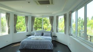 Master_bedroom_with_panoramic_views