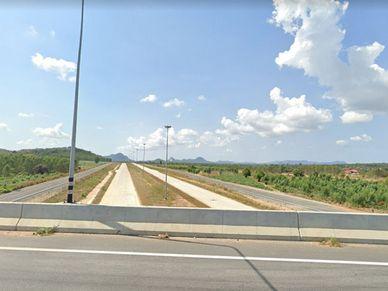 Motorway 7 (here an old pic.) is 100 meters away