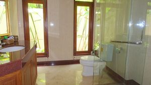 One of the three main bathrooms