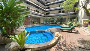 Pool and deckchairs on the ground-floor