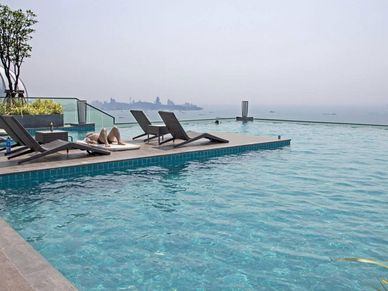 That`s impressive - the rooftop-pool