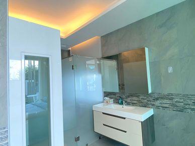 The-master-bathroom-also-offers-a-fancy-bathtub