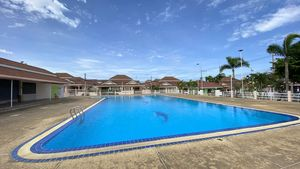 The 25 meter communal-pool with clubhouse and restaurant