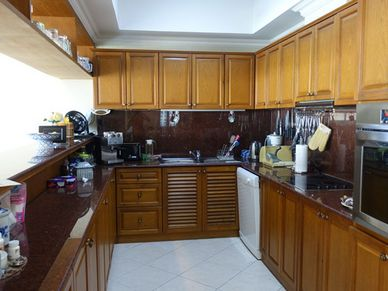 The U-shaped kitchen with breakfast bar