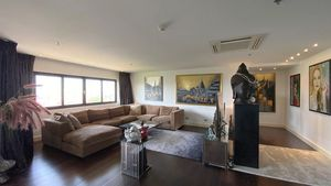 The lounge- and sofa space of this huge living- and dining-area