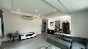 The pleasantly spacious living- and dining-area