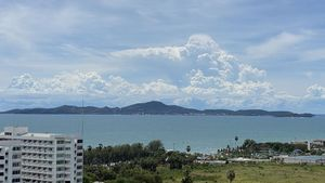 The sea and Koh Larn seen from the balcony