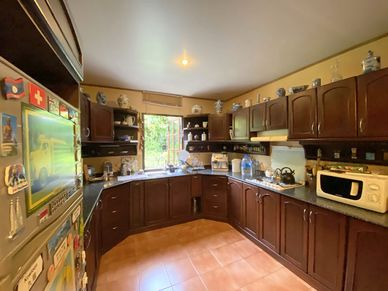 The semi-open U-shaped kitchen is well equipped