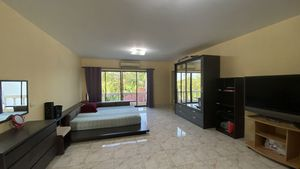 There are 5 main bedrooms