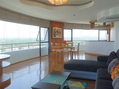 Views across the living- and dining-area