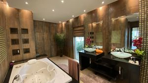 What a noble master-bathroom