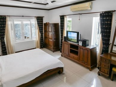 Yet another nicely furnished bedroom