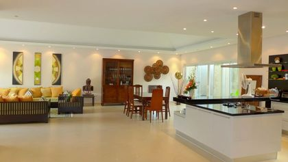 Cooking-island with dining-area