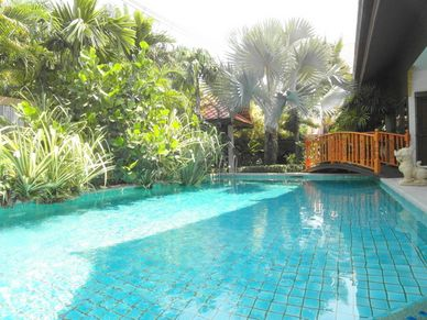 Over the pool towards the entrance of this charming Thai Bali inner city pool-villa Jomtien