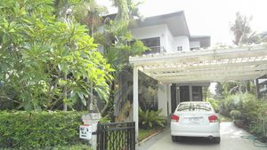 The covered parking space of this 3-bedroom home at Jomtien Yacht Club