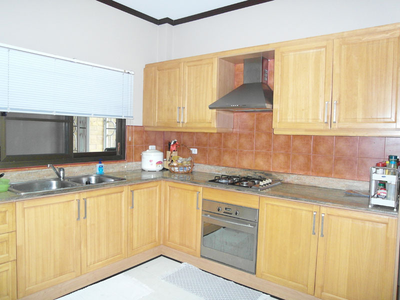 Lovely 3 bedroom quality home with small pool quiet for Contemporary fitted kitchens